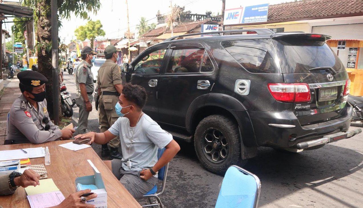 OPERASI yustisi penegakan hukum dan pendisiplinan protokol kesehatan Jalan Raya Tegallalang, Gianyar, Senin (5/10/2020). Foto: ist