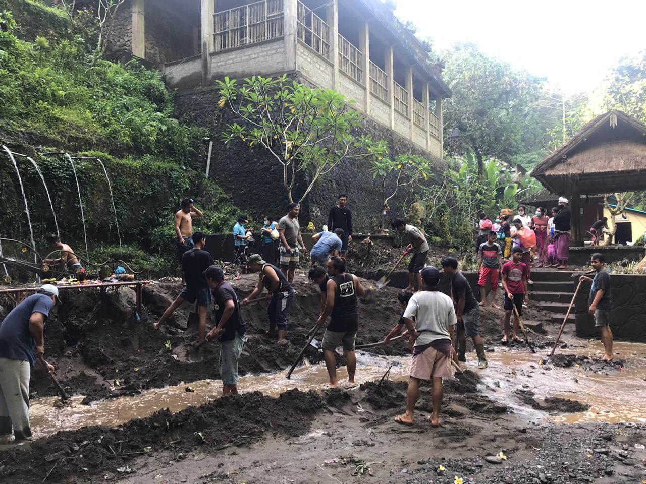 UPAYA pembersihan obyek wisata spiritual Tirta Sudamala pascaditerjang banjir bandang. Foto: gia