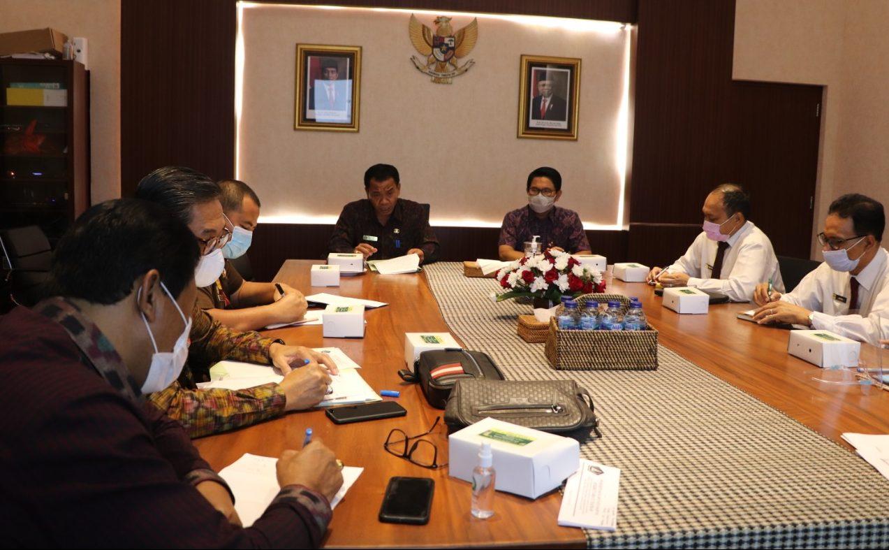 PJS. Bupati Lihadnyana; didampingi Sekda Wayan Adi Arnawa, saat memimpin rapat teknis berkenaan dengan hibah pariwisata di Puspem Badung, Senin (2/11/2020). Foto: ist