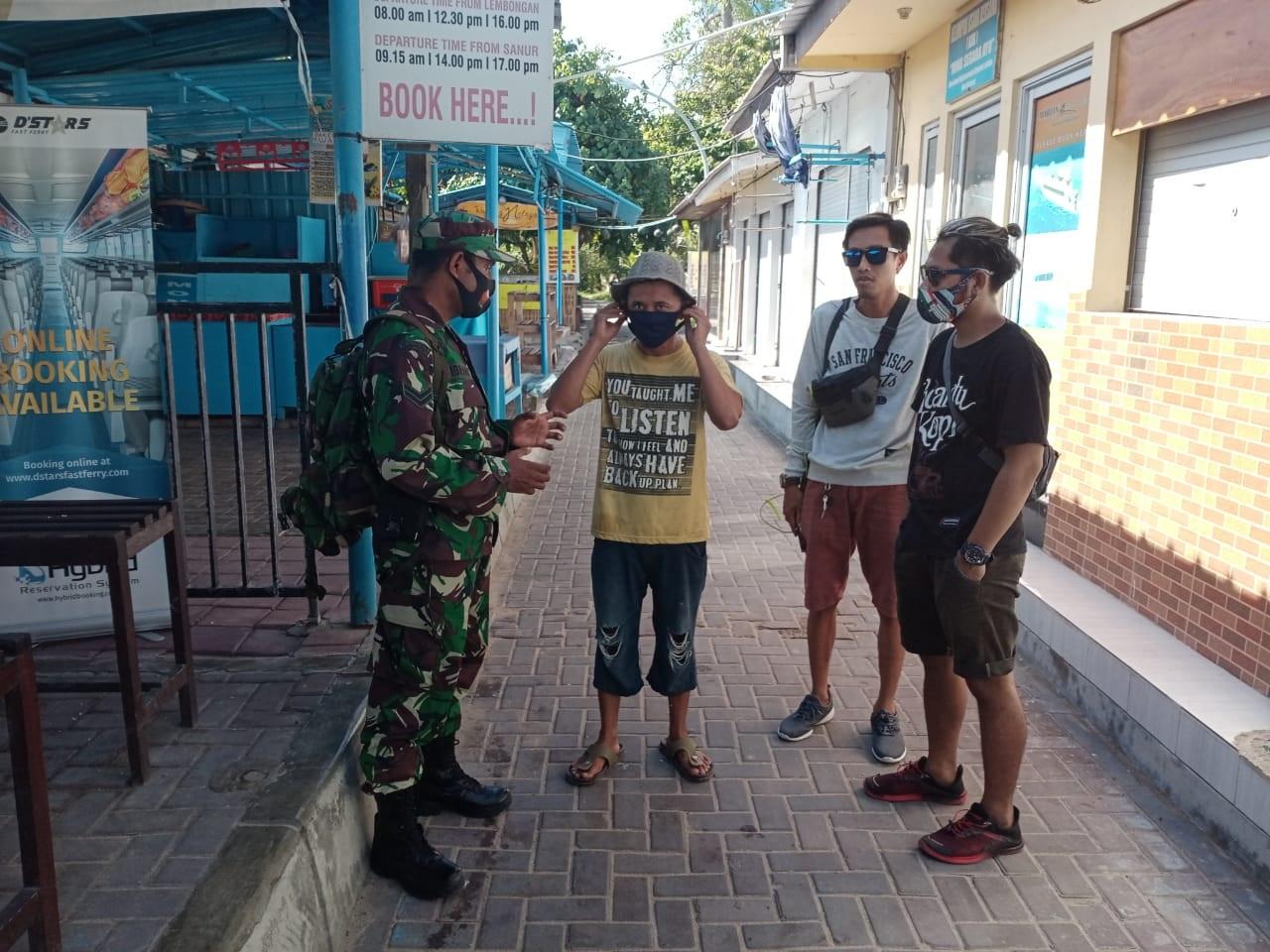 ANGGOTA TNI memberi edukasi prokes kepada pengunjung di kawasan Pantai Sanur wilayah Desa Sanur Kaja, Kota Denpasar, Senin (2/11/2020) pagi. Foto: ist