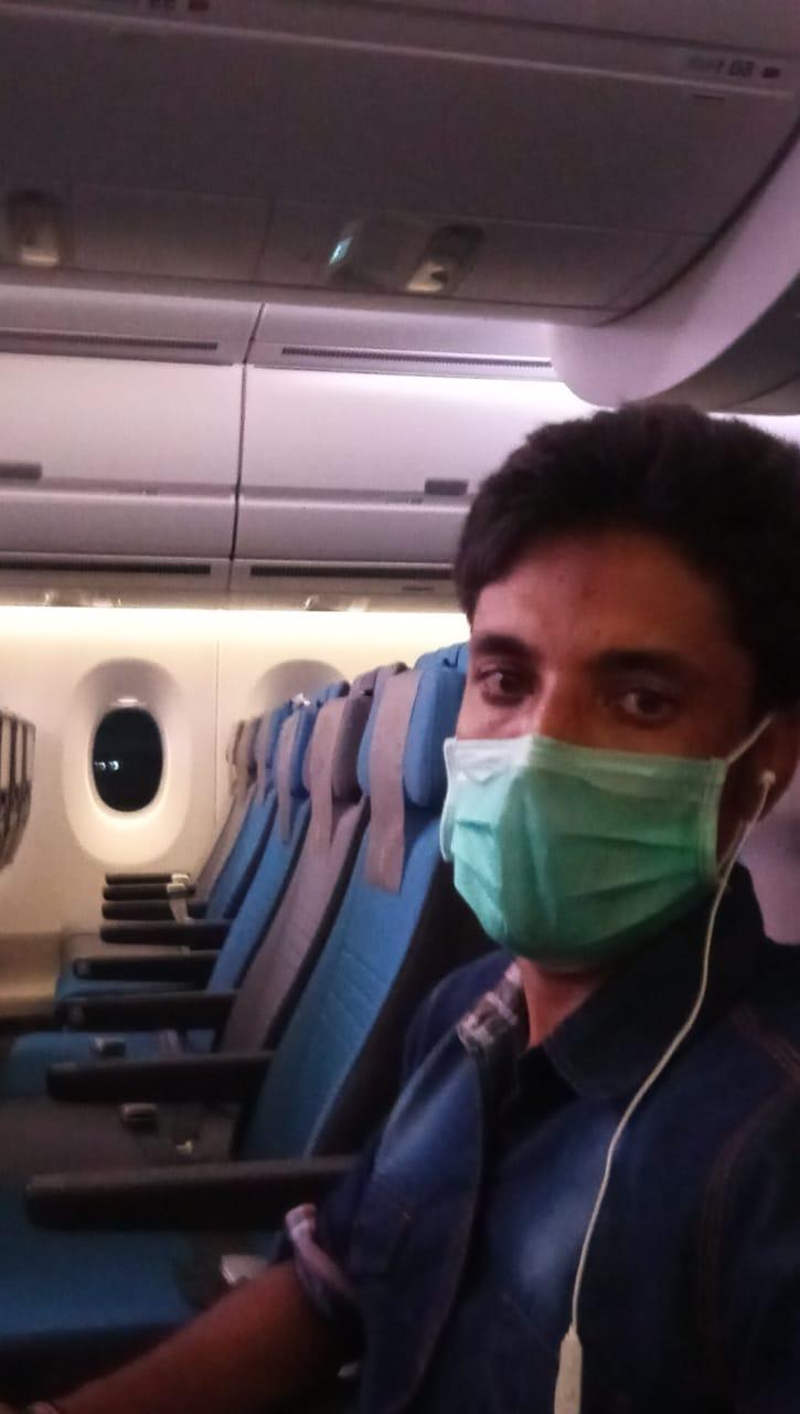 KONDISI WN Bangladesh, MS yang dideportasi, saat berada di dalam pesawat. Foto: ist