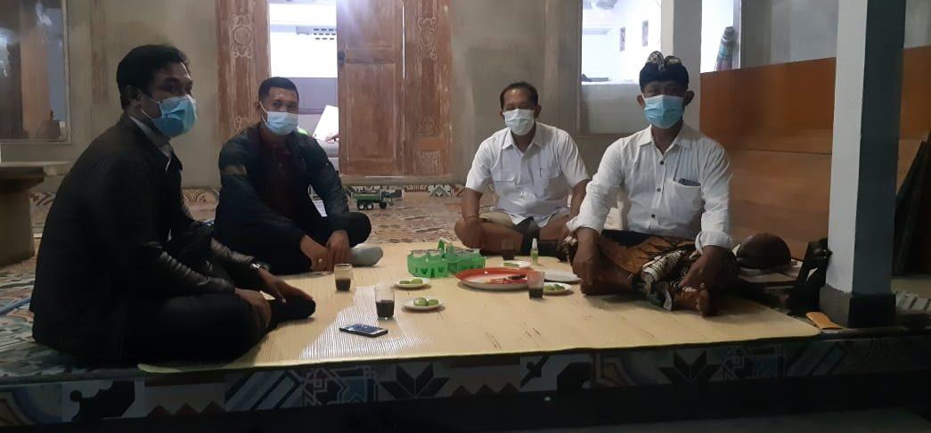 KETUA Ranting PDIP Desa Gulingan, I Made Rai Wirata, SH (kedua dari kanan) dalam suatu kesempatan. Foto: ist
