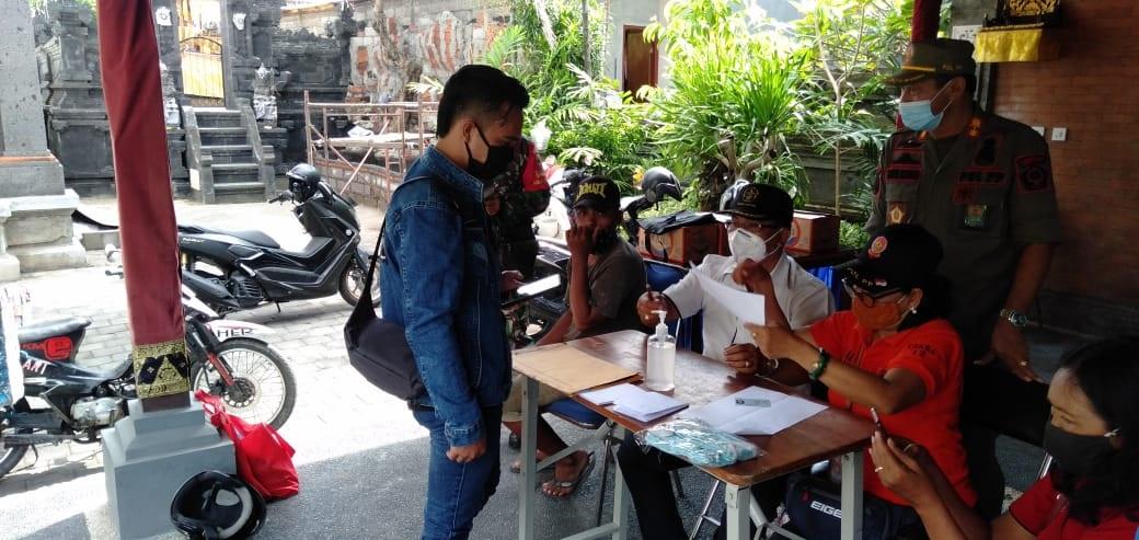 PENDATAAN pelanggar pada kegiatan sidak masker di wilayah Desa Padangsambian Kelod, Denpasar, Senin (9/11/2020). Foto: ist