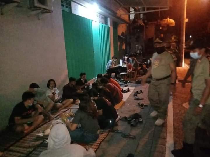 PETUGAS Satpol PP saat membubarkan kerumunan di Jalan Tari, Kelurahan Tonja, Denpasar, Senin (9/11/2020) malam. Foto: ist