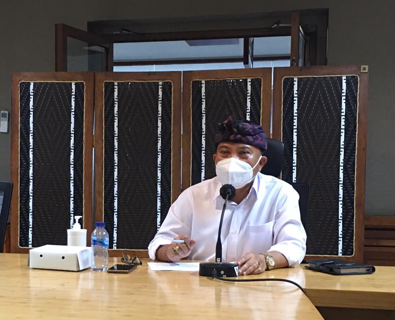 KETUA Harian GTPP Covid-19 Kota Denpasar yang juga Pj. Sekda Kota Denpasar, I Made Toya, memimpin Rapat Evaluasi Penanganan Covid-19 Kota Denpasar secara virtual, Kamis (12/11/2020). Foto: ist