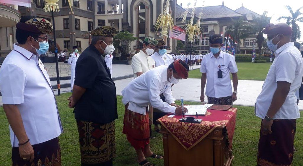 Pjs. Bupati Badung, Ketut Lihadnyana, menandatangani dana hibah pariwisata serangkaian Peringatan Hari Jadi Kota Mangupura ke-11 di Puspem Badung, Senin (16/11/2020). Foto: ist