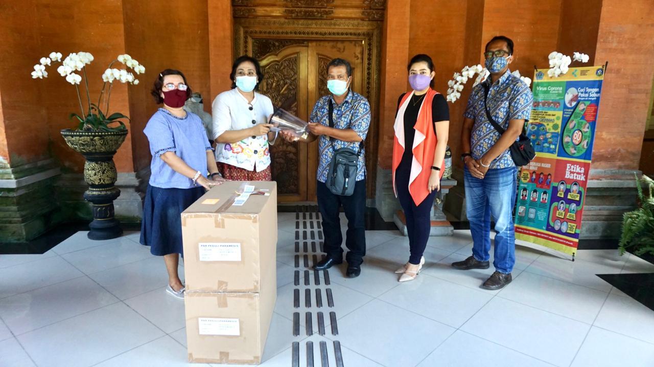 PENERIMAAN bantuan pelindung wajah dari PT Tower Bersama Infrastruktur Tbk kepada Pemkot Denpasar, Senin (16/11/2020). Foto: ist