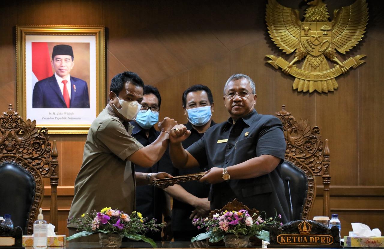 Pjs. Bupati Badung Ketut Lihadnyana saat menyampaikan Jawaban Pemerintah Terhadap Pemandangan Umum Fraksi-Fraksi DPRD Badung di Puspem Badung, Selasa (17/11/2020). Foto: ist