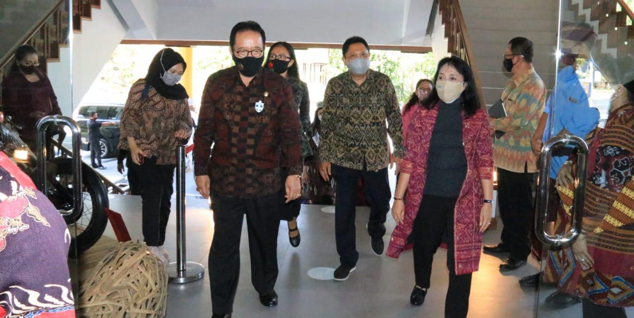 WAGUB Cok Ace; Menteri P3A, Bintang Puspayoga, dan Wali Kota IB Rai Mantra tampak melihat-lihat pameran di Gedung Dharma Negara Alaya, Jalan Mulawarman Nomor 1, Denpasar. Foto: ist