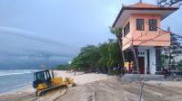 PENGERJAAN penataan Pantai Kuta yang dilanda abrasi. Foto: ist