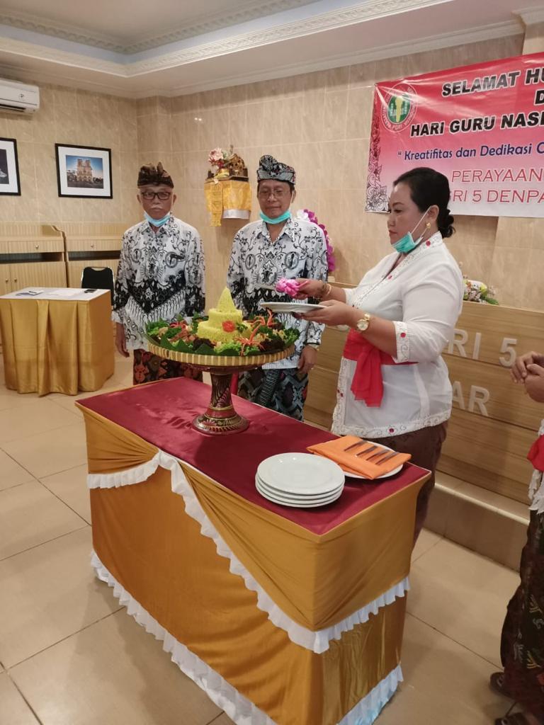 PERINGATAN HGN dan HUT ke-75 PGRI di SMK PGRI 5 Denpasar, Rabu (25/11), dirangkai dengan perayaan HUT ke-16 SMK PGRI 5 Denpasar ditandai dengan pemotongan tumpeng oleh Kasek Ketut Nuka. Foto: ist