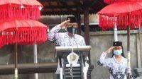 KASEK AA Ketut Sumitra bertindak sebagai inspektur upacara peringatan HGN dan HUT ke-75 PGRI di SMP PGRI 9 Denpasar, Rabu (25/11/2020). Foto: ist