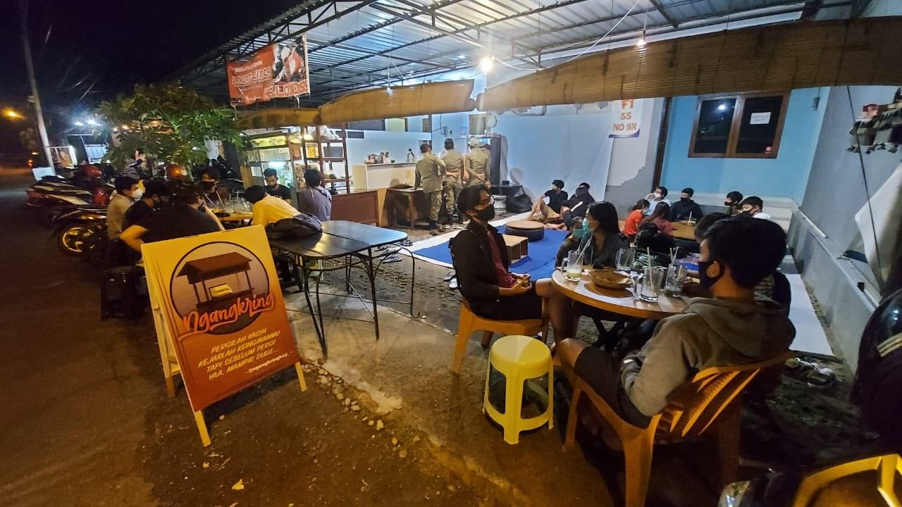 SATPOL PP Kota Denpasar saat penertiban kafe lantaran tidak mengindahkan penerapan protokol kesehatan pada Sabtu (28/11/2020). Foto: ist