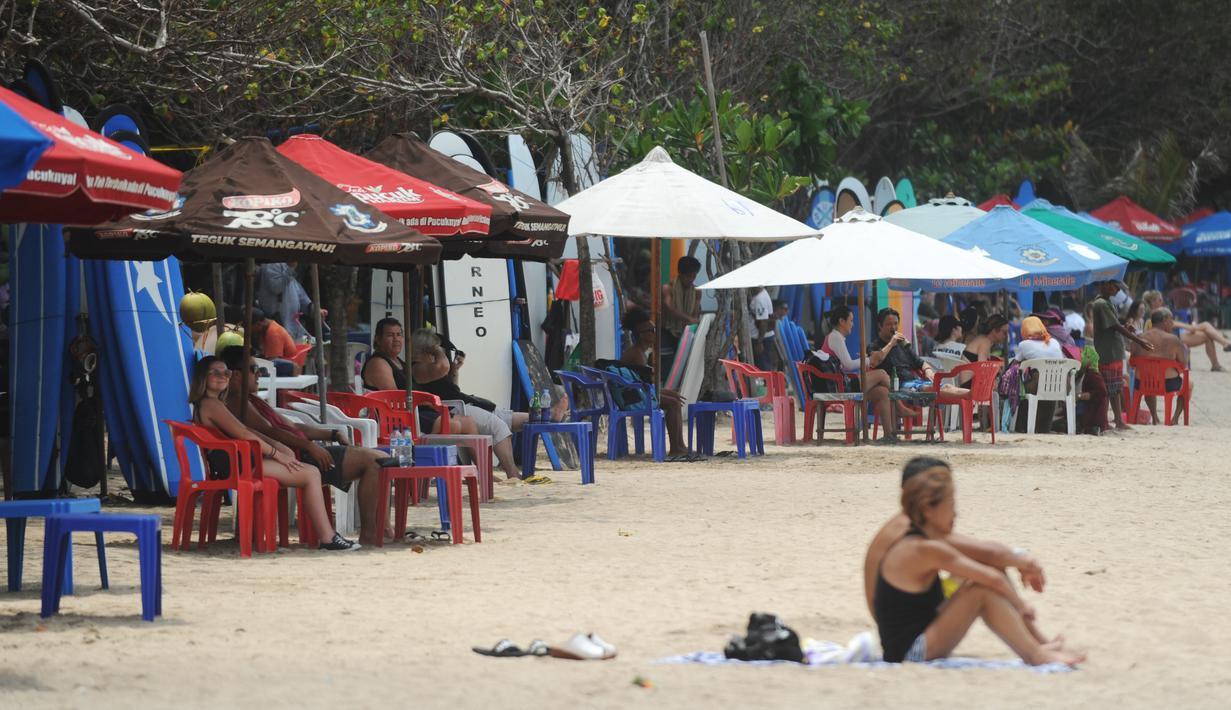 POTRET para turis asing di Pantai Kuta, Bali. Wagub Bali, Tjokorda Oka Artha Ardana Sukawati (Cok Ace), menegaskan, 1 Desember 2020, pariwisata untuk mancanegara belum bisa dibuka. Foto: ist