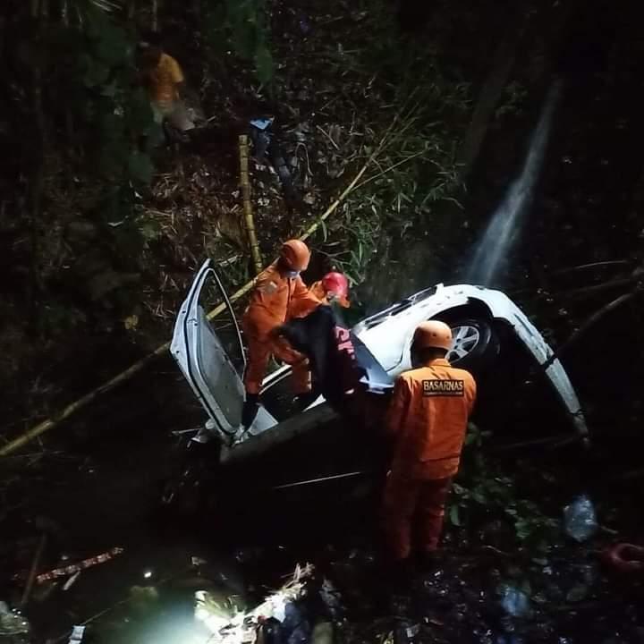 PETUGAS Basarnas Bali melakukan evakuasi mobil yang terperosok jurang sedalam 10 meter di Desa Kekeran, Kecamatan Busungbiu, Buleleng, Rabu (11/11/2020) malam. Kejadian itu merenggut satu penumpang tewaa, dan enam orang selamat.