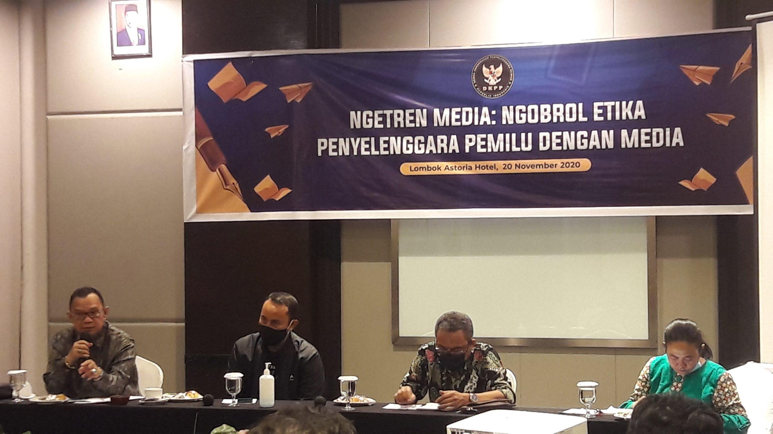 """ANGGOTA DKPP, Alfitra Salamm (kiri), saat menjadi pembicara pada diskusi """"Ngetren Media DKPP"""". Foto: fahrul"""
