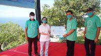 BUPATI Klungkung, I Nyoman Suwirta, menyerahkan stimulus dana hibah ke pelaku pariwisata di Objek Wisata Klingking, Desa Bunga Mekar, Nusa Penida, Sabtu (28/11/2020). Foto: ist