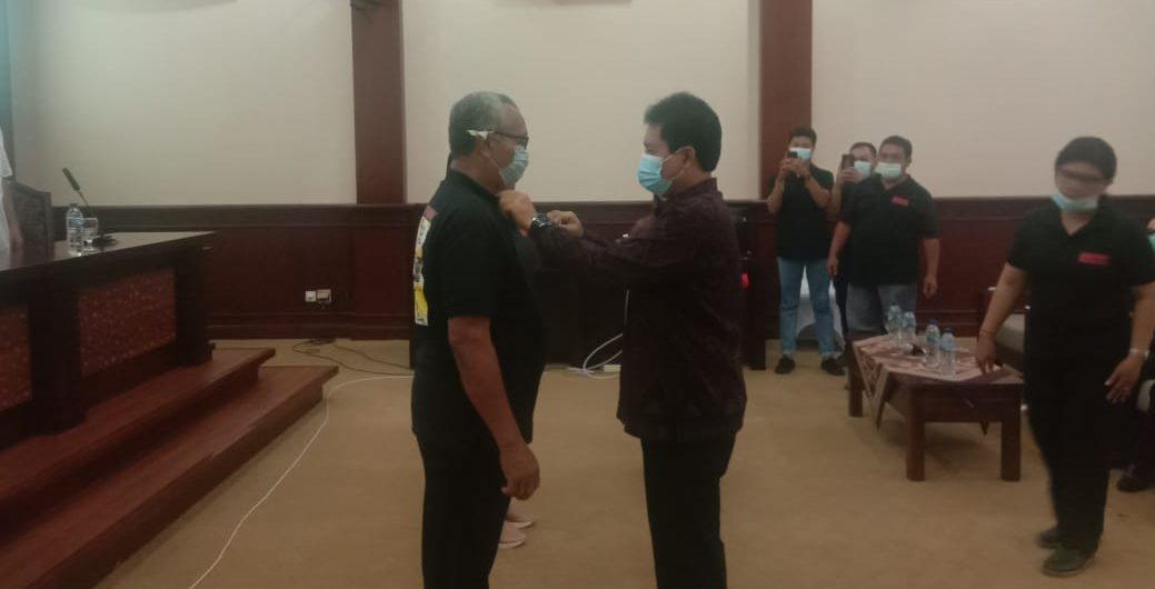 KEPALA Diskop dan UMKM Kota Denpasar, Made Erwin Suryadharma Sena, memasang tanda peserta sekaligus membuka diklat penggunaan IT, Senin (2/11/2020). Foto: ist