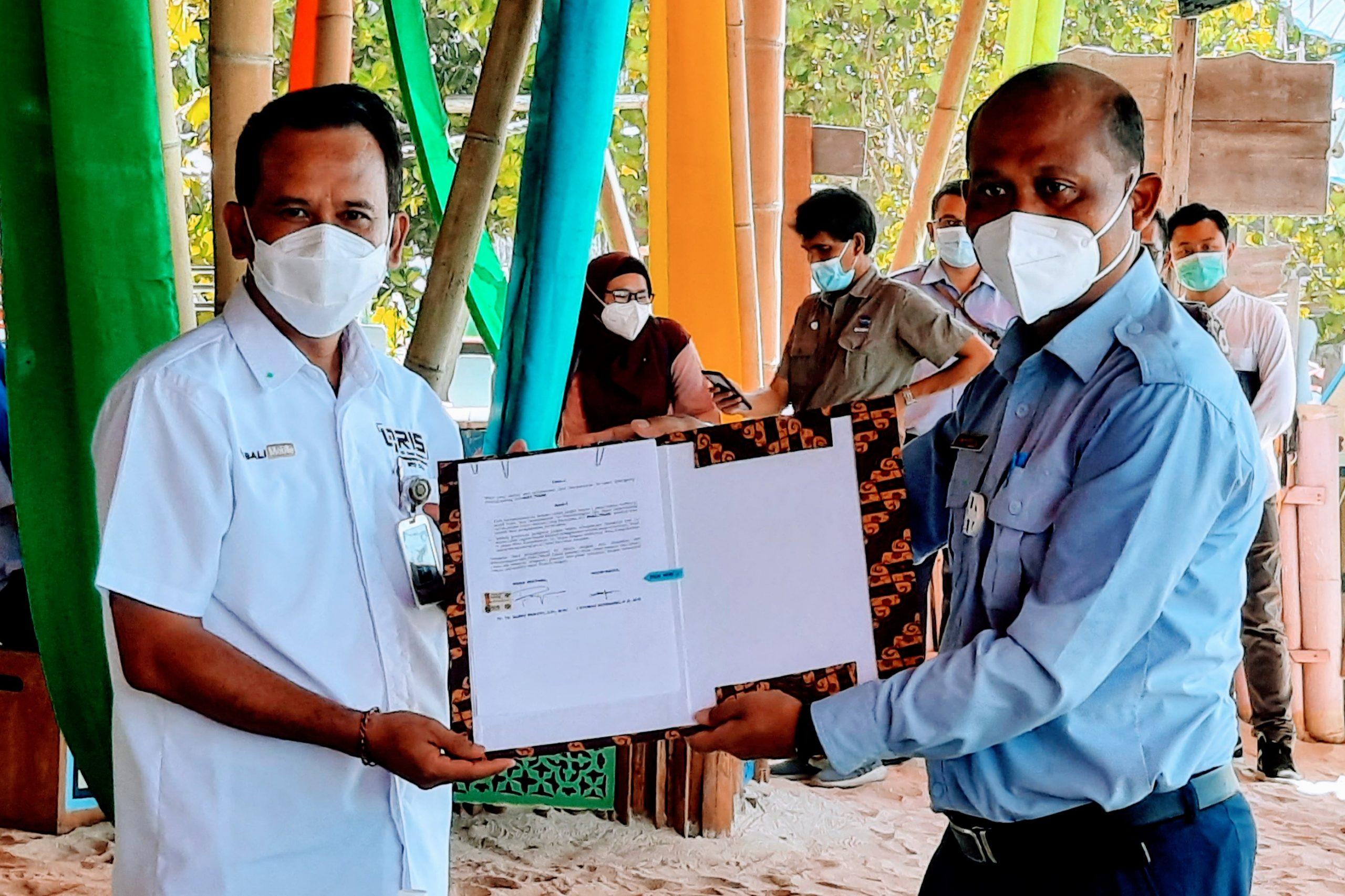 DIREKTUR Utama Bank BPD Bali, I Nyoman Sudharma, usai penandatangan kerjasama dengan Kementerian Kelautan dan Perikanan di Pantai Pandawa, Badung, Jumat (30/10/2020). Foto: ist