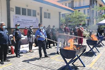 PETUGAS Bea Cukai Ngurah Rai memusnahkan Barang Milik Negara senilai belasan juta. Foto: ist