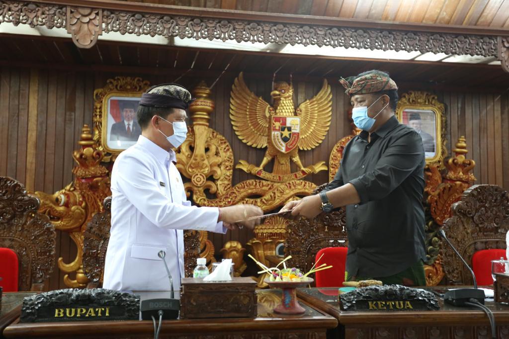 KETUA DPRD Klungkung, Agung Gde Anom, memimpin penandatanganan berita acara persetujuan bersama Ranperda APBD 2021, Rabu (25/11/2020). Foto: ist