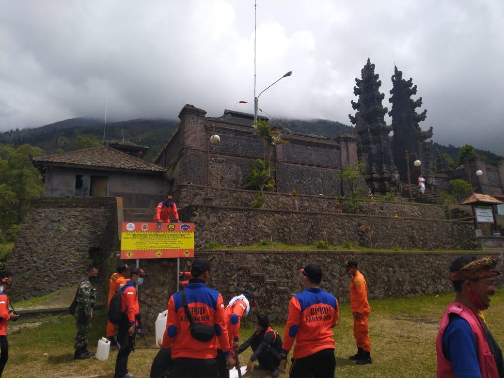 BPBD Karangasem memasang papan imbauan tentang larangan pendakian melewati radius dua kilometer zona rawan bencana erupsi Gunung Agung, Rabu (11/11/2020). Foto: nad