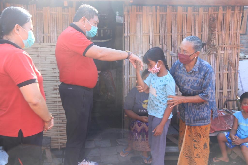 BUPATI Artha saat mengunjungi warganya yang sakit, Jumat (13/11/2020). Foto: man