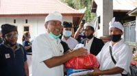 BUPATI Bangli, I Made Gianyar, menyerahkan paket dari Perkumpulan Bengkel Mobil Bali (PBMB) Cabang Bangli, Sabtu (28/11/2020). Foto: ist