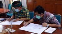 BUPATI Suwirta melakukan penandatanganan nota kesepakatan Optimalisasi Penyelenggaraan Sistem Penyediaan Air Minum Sea Water Reverse Osmosis Nusa Lembongan, Jumat (27/11/2020). Foto: ist