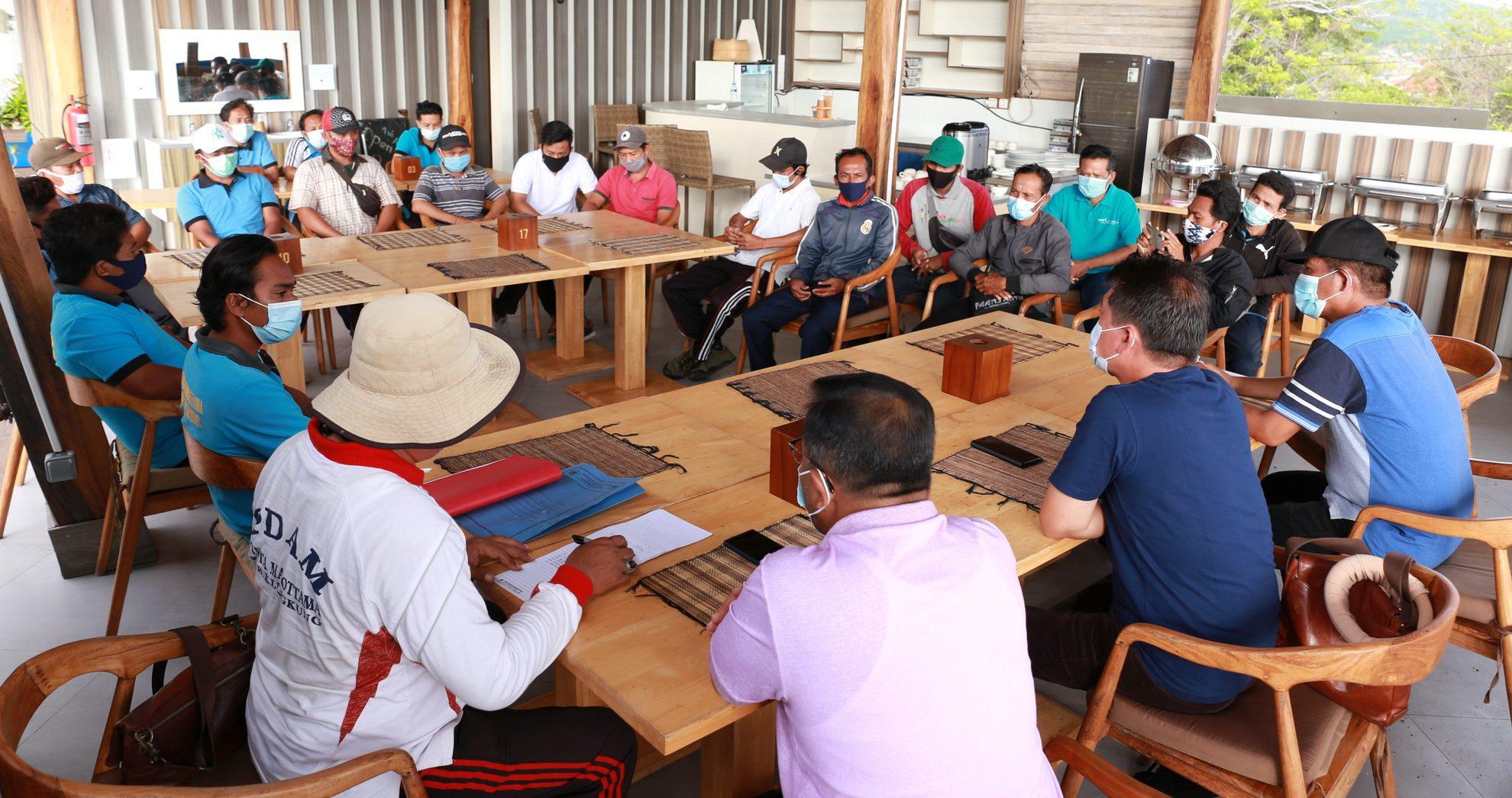 BUPATI Suwirta mengumpulkan petugas BWS Bali-Penida, UPT Guyangan, dan PDAM Klungkung di Nusa Penida, Minggu (22/11/2020). Foto: ist
