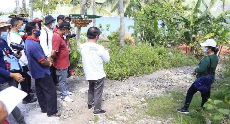 BUPATI Suwirta memantau kondisi jalan di Desa Sakti, Nusa Penida, Sabtu (7/11/2020) bersama Dinas PU. Foto: ist