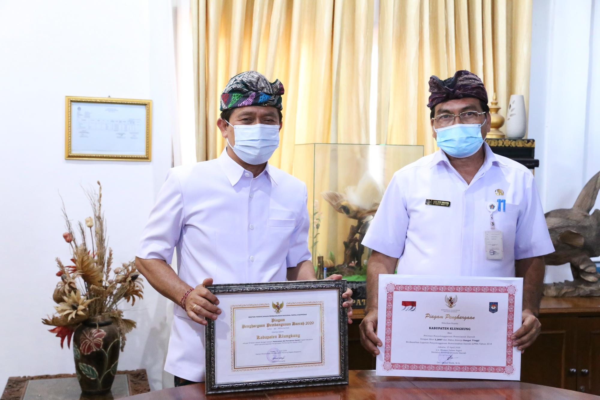BUPATI Suwirta; didampingi Sekda Klungkung menerima penghargaan di ruang rapat kantor Bupati Klungkung, Kamis (12/11/2020). Foto: ist