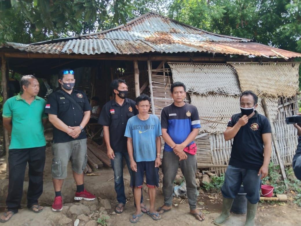 AKSI sosial dilakukan Yayasan English Corner dengan bantuan bedah rumah terhadap Putu Tenggut di Desa Sidetapa, Buleleng. Foto: ist