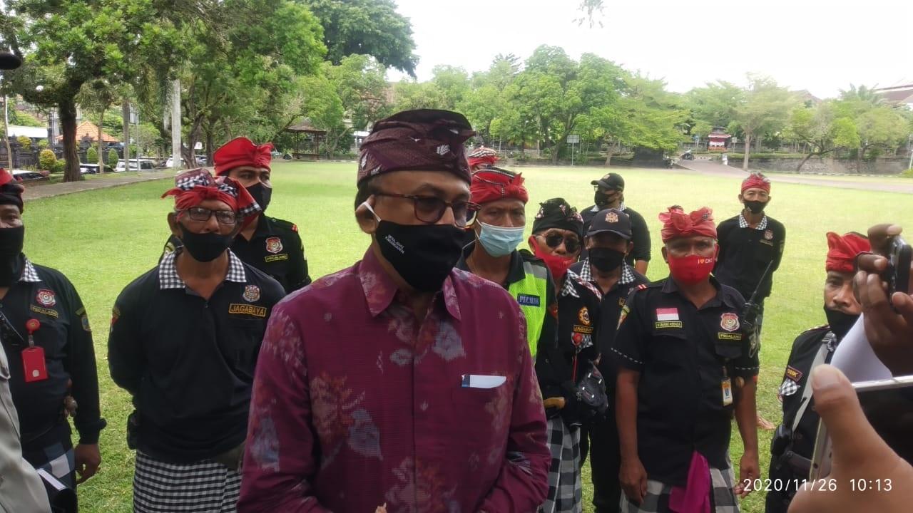 BENDESA Desa Adat Karangasem, I Wayan Bagiarta, diwawancarai saat datang ke Pengadilan Negeri Amlapura, Kamis (26/11/2020). Foto: ist