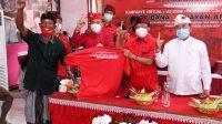 KELOMPOK tani, nelayan, tenun, dan UMKM di Karangasem deklarasi kemenangan paslon Gede Dana- Wayan Artha Dipa, Minggu (29/11/2020) di Sekretariat DPC PDIP Karangasem; didampingi Ketua DPD PDIP Bali, I Wayan Koster. Foto: ist