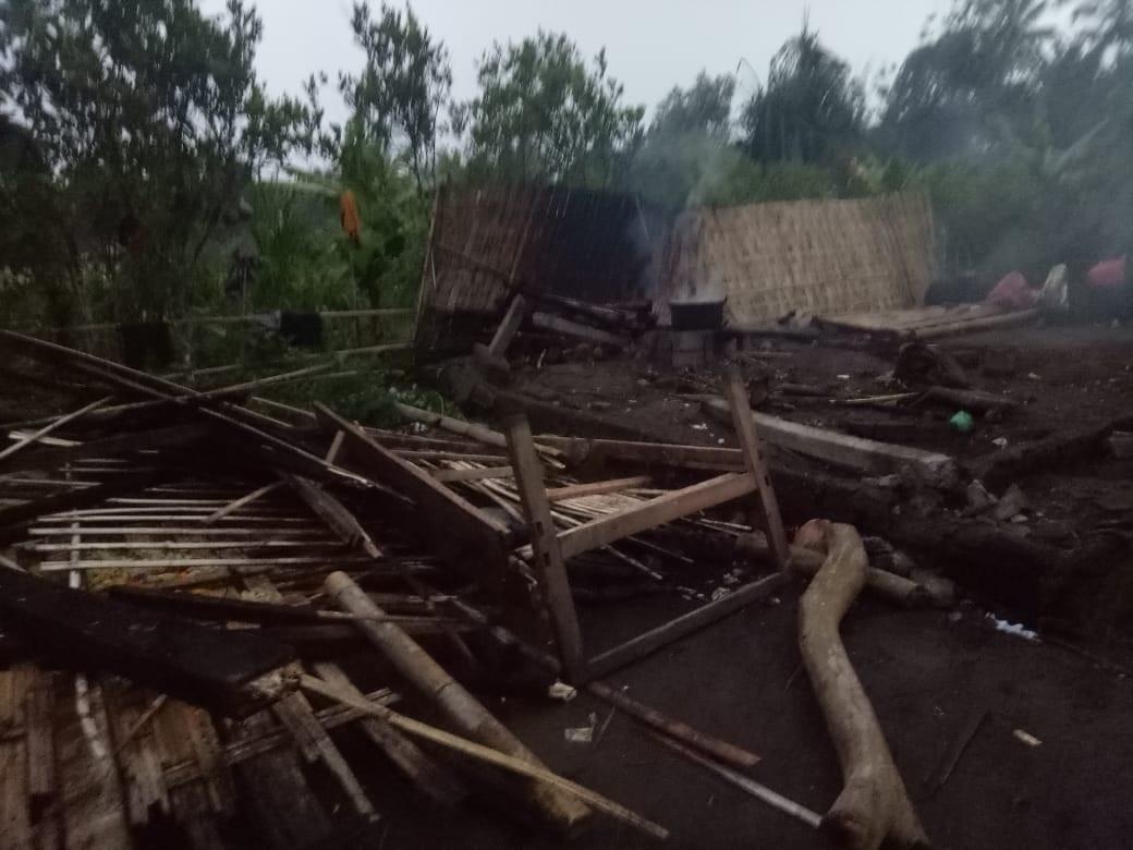 DAPUR semipermanen milik I Nyoman Rencana (45) di Banjar Kebon Kangin, Desa Peninjoan, roboh akibat hujan lebat disertai angin kencang, Minggu (15/11/2020) sore. Foto: ist
