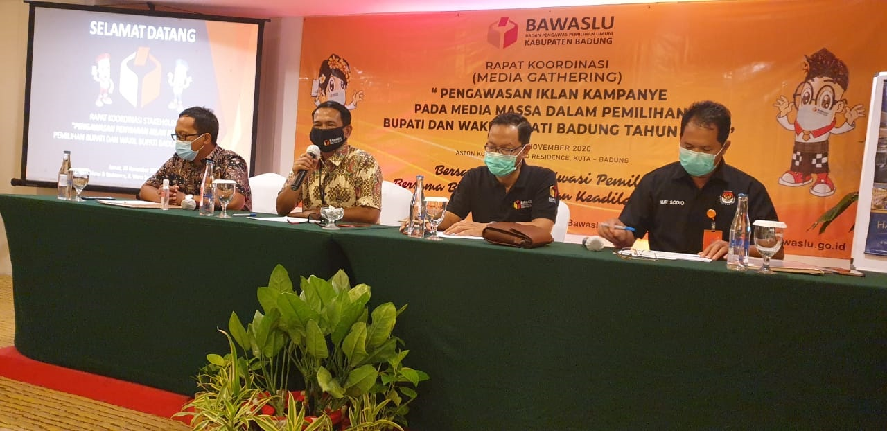 KETUA Bawaslu Badung, Ketut Alit Astasoma, saat membuka sesi diskusi dalam rakor dengan melibatkan pengampu kepentingan dan kalangan media, yang diselenggarakan Bawaslu Badung di Kuta, Jumat (20/11/2020). Foto: hen