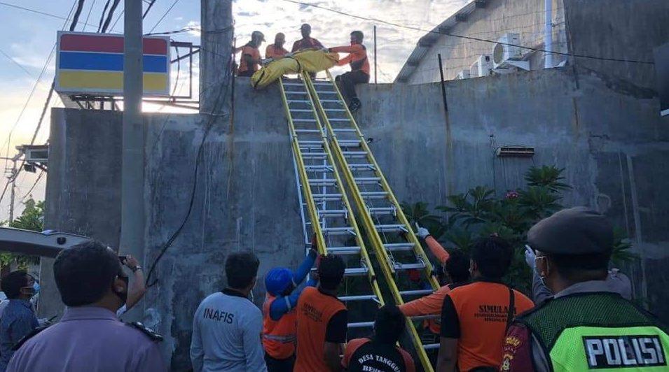 EVAKUASI jenazah pekerja yang tersetrum listrik tegangan tinggi di toko modern kawasan Jalan Bypass Ida Bagus Mantra, Lebih, Gianyar. Foto: ist