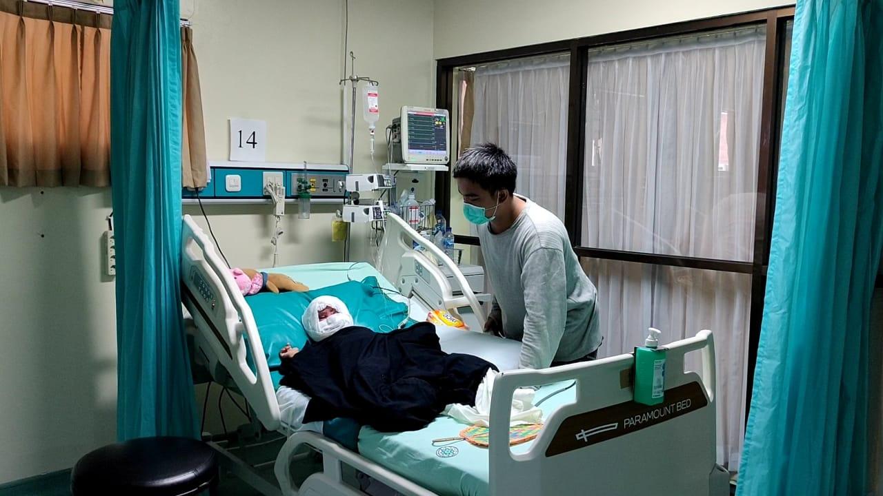LUH Tasya Devi Juniantari (4) yang terbaring di ruang perawatanRSUD Buleleng, saat dijaga ayahnya. Foto: rik