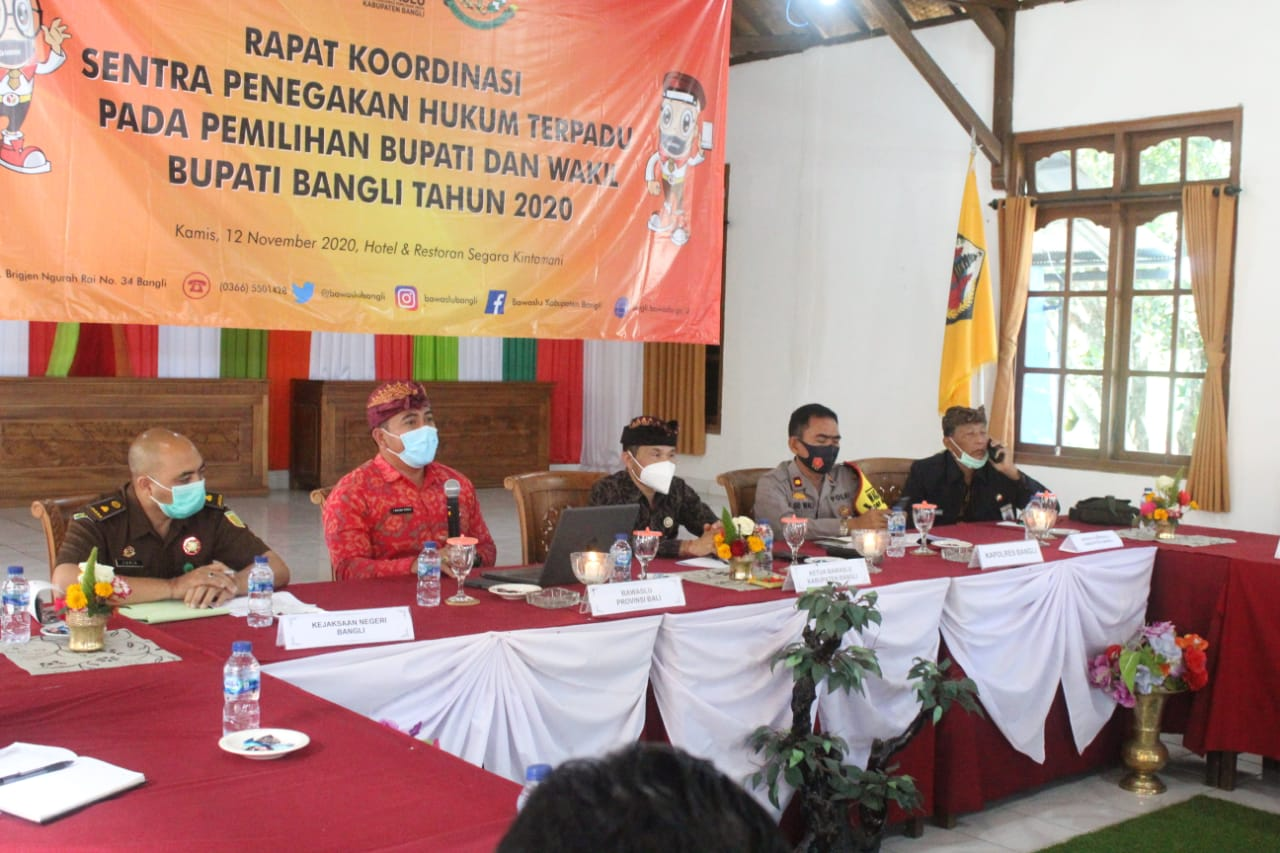 RAPAT koordinasi sentra Penegakan Hukum Terpadu (Gakkumdu) di Kintamani, Kamis (12/11/2020). Foto: gia