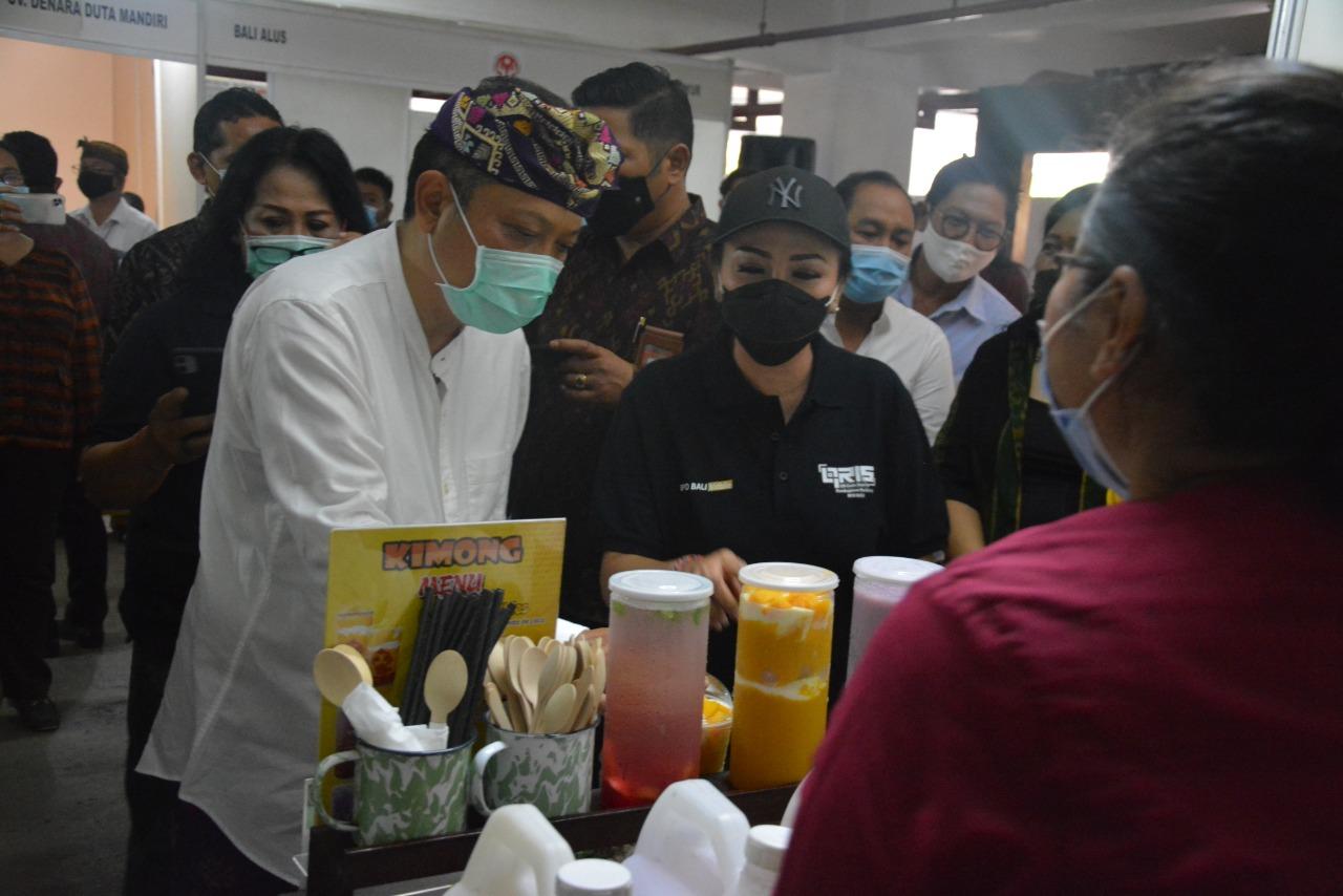 WALI Kota Denpasar, IB Rai Dharmawijaya Mantra; bersama IA Selly Dharmawijaya Mantra saat meninjau Gelar Produk Industri dan Perdagangan, Selasa (3/11/2020) di halaman Parkir Basement Gedung Dharma Negara Alaya. Foto: ist