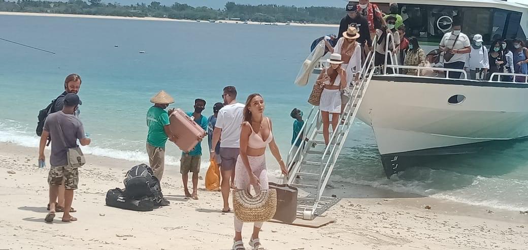 SEJUMLAH wisatawan saat mengunjungi Gili Trawangan sebelum pandemi Covid-19. Foto: fik