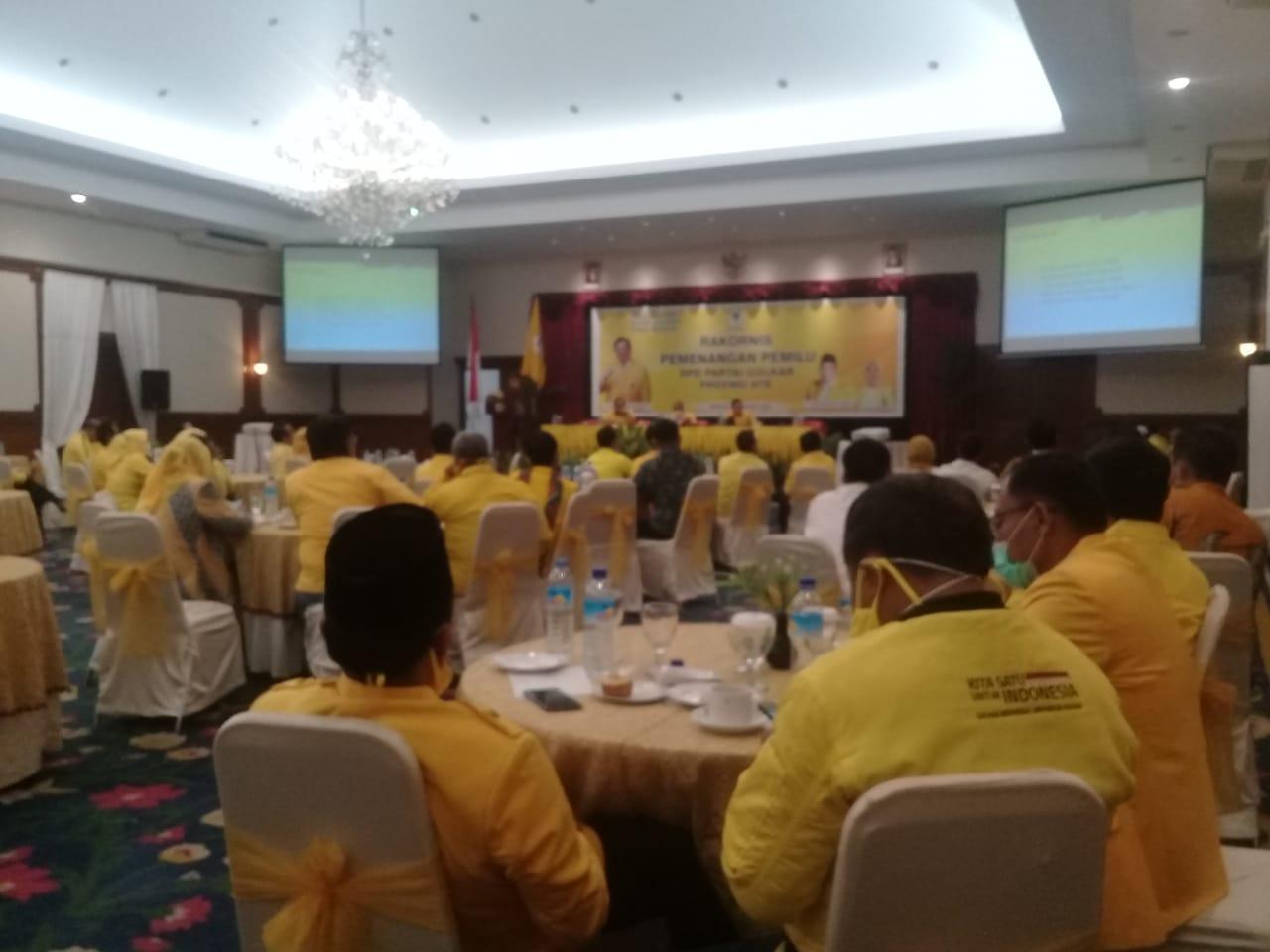 KETUA Bidang Pemenangan Pemilu DPP Partai Golkar, Ahmad Dolly Kurnia Tanjung, saat membuka Rakornis Pemenangan Pemilu Pilkada NTB, Rabu (11/11/2020). Foto: rul