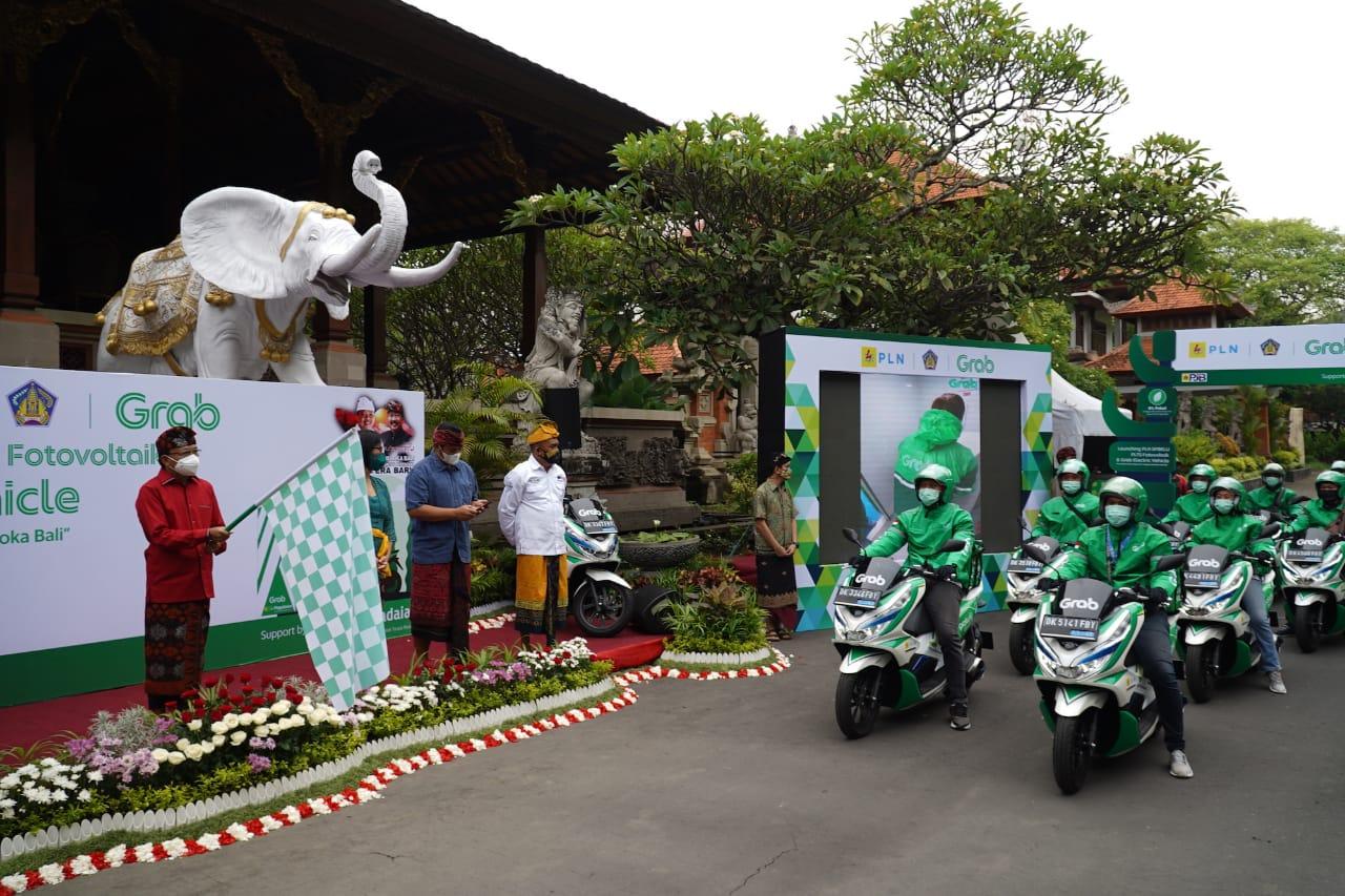 GRAB meluncurkan 30 kendaraan motor listrik di Bali pada Kamis (26/11/2020). Hal ini mendukung Pergub Bali Nomor 45 dan 48 Tahun 2019 untuk mewujudkan Pulau Bali yang bersih dan bebas polusi. Foto: ist