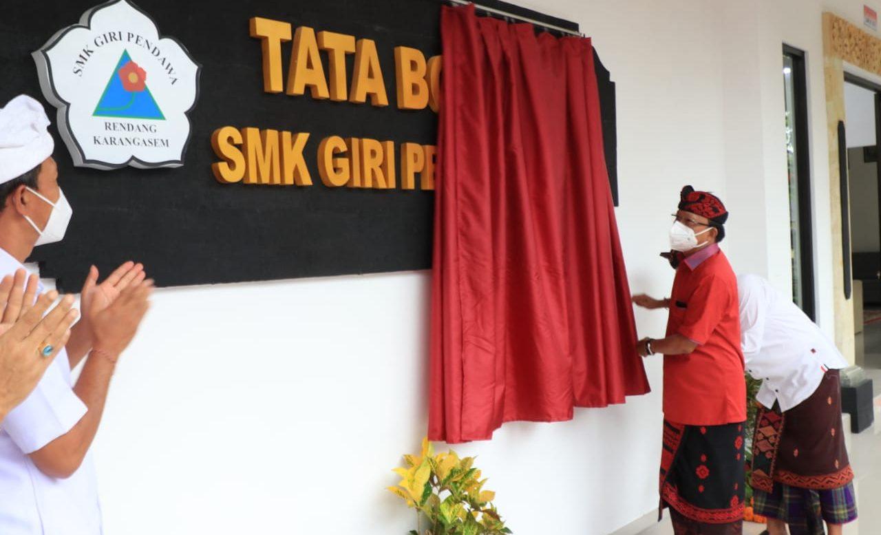 GUBERNUR Koster saat meresmikan gedung yang diperuntukkan Ruang Praktek Siswa Tata Boga SMK Giri Pendawa di Desa Nongan, Kabupaten Karangasem, Senin (30/11/2020). Foto: ist