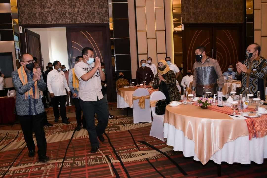 GUBERNUR NTB Zulkieflimansyah (dua kiri) saat mendampingi Ketua Umum Kadin Indonesia, Rosan Perkasa Roeslani (kiri) saat menghadiri pelantikan Dewan Penasehat, Dewan Pertimbangan dan Dewan Pengurus Kadin NTB. Foto: ist