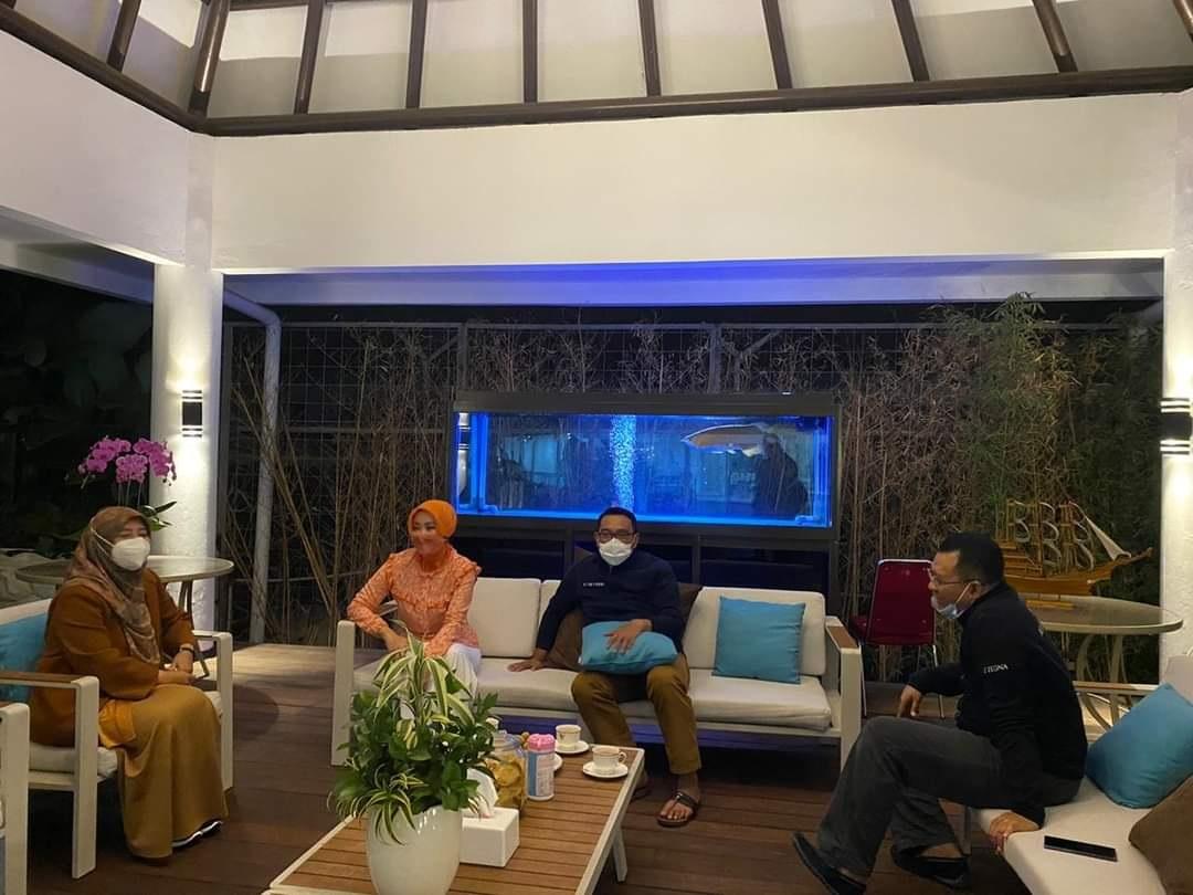 GUBERNUR NTB, Zulkieflimansyah, didampingi istri saat bertemu dengan Gubernur Jabar di rumah dinas Kang Emil di Bandung, Senin (30/11/2020). Foto: ist