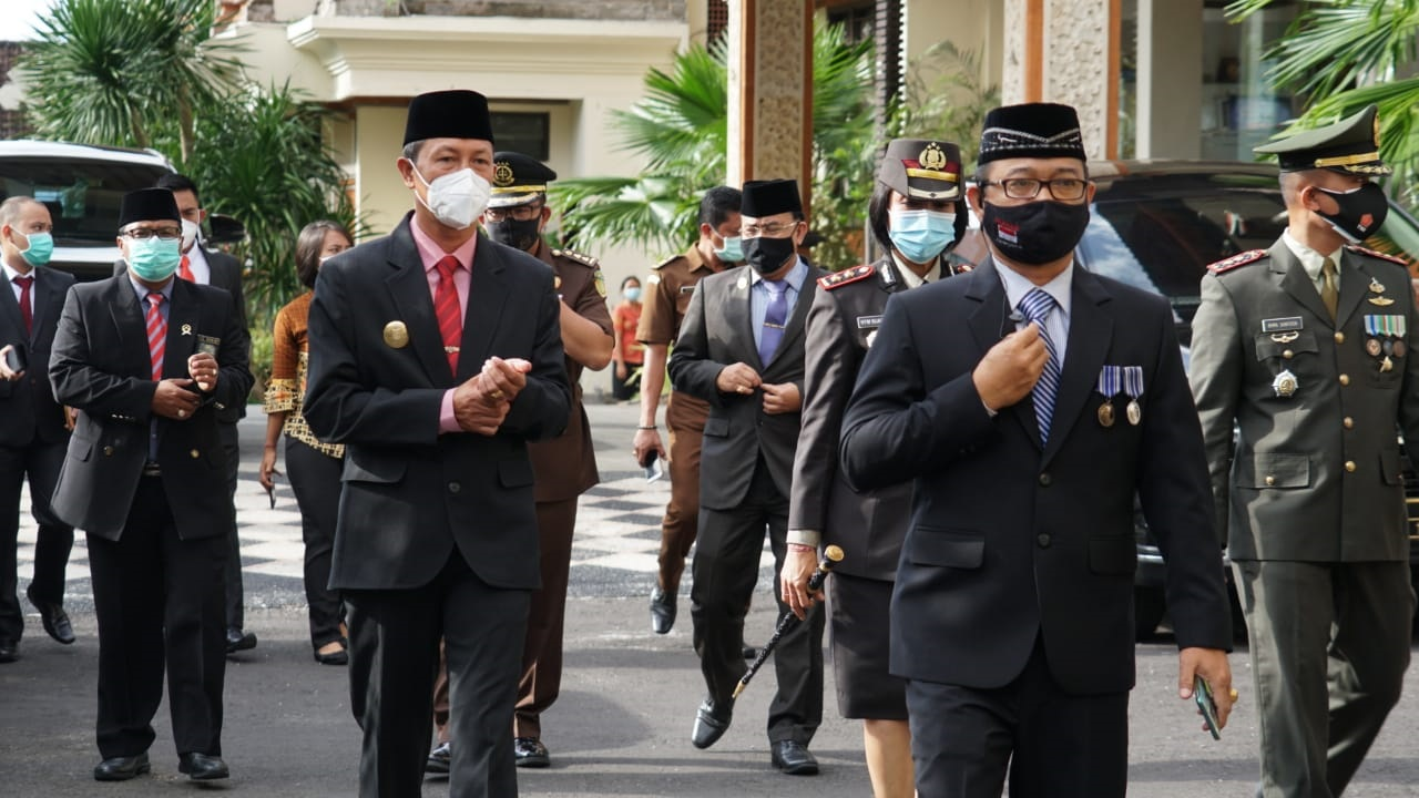 UPACARA peringatan Hari Pahlawan dilaksanakan di Lapangan Tanah Aron, Selasa (10/11/2020) dengan Pjs Bupati Karangasem, I Wayan Serinah, bertindak selaku Inspektur Upacara. Foto: ist