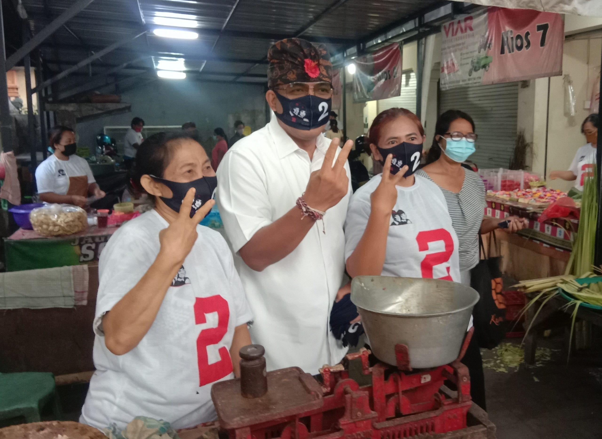 Ngurah Ambara berbincang akrab dengan para pedagang di Pasar Serangan. Foto: Ist