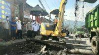 PROSES perbaikan jalan rusak di depan Pasar Selat, Rabu (25/11/2020). Foto: ist